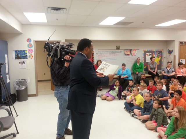 """Marcus McIntosh from KCCI reads to Franklin fourth graders as part of the KCCI/EMC Insurance """"Read with Me"""" program."""